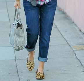Mettez des loafers ou des slippers originales à vos pieds.