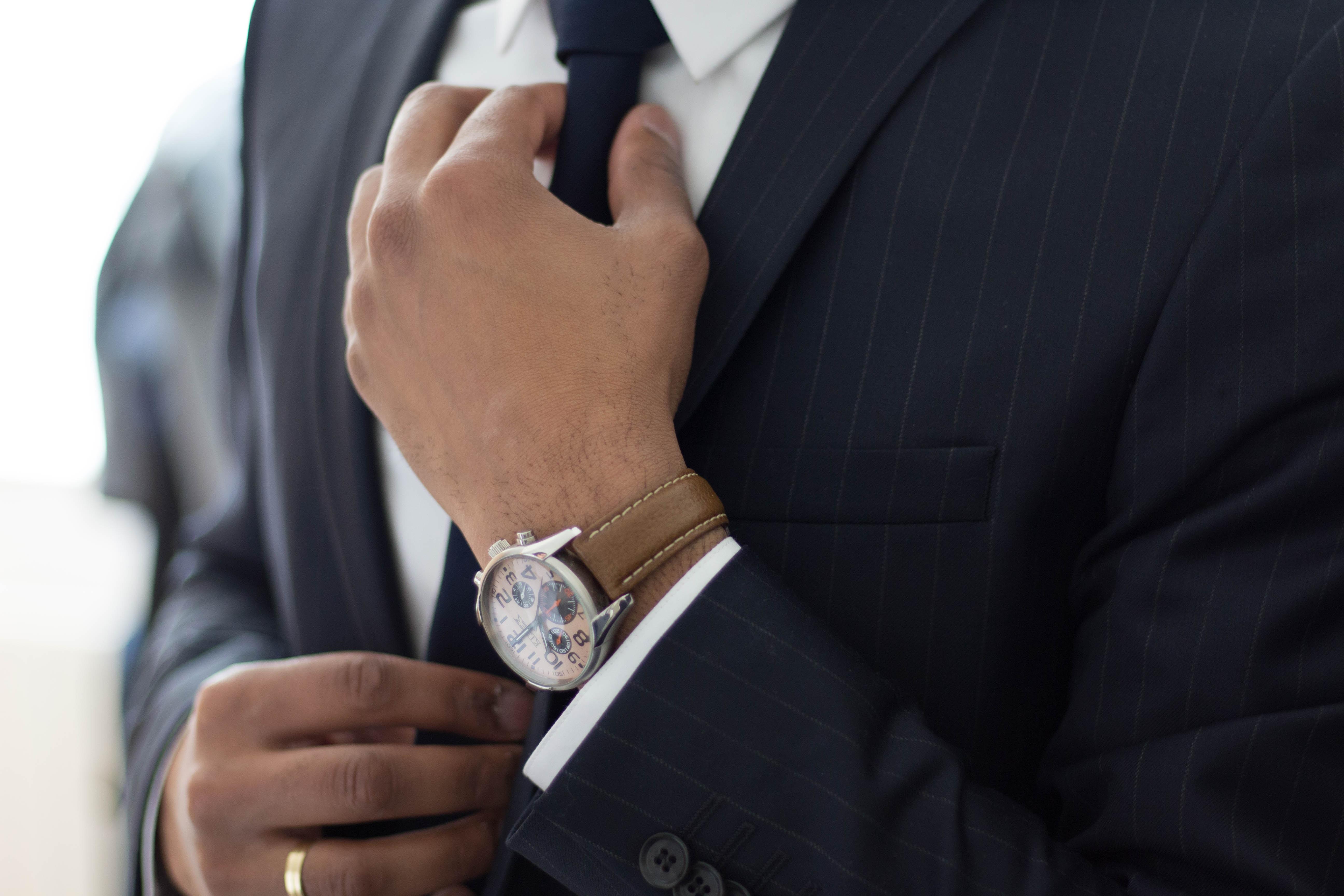 Homme d'affaire avec montre et cravate