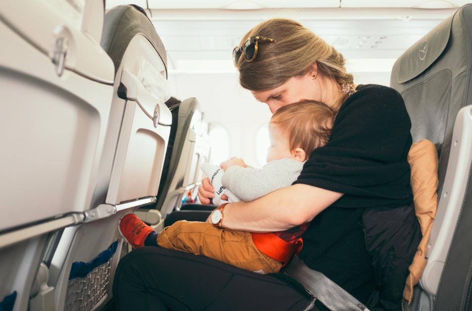 Mère et son enfant dans un avion